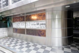 ラムズスタジオは、新宿御苑前から徒歩5分の閑静な住宅街の一角に佇む、ヘアメイクスタジオ併設の写真撮影や簡単な映像撮影を目的としたスタジオ施設です。ラムズスタジオの外観写真